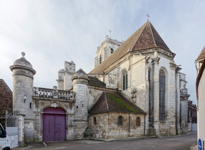 Saint_bris_le_vineux_eglise_arriere.jpg